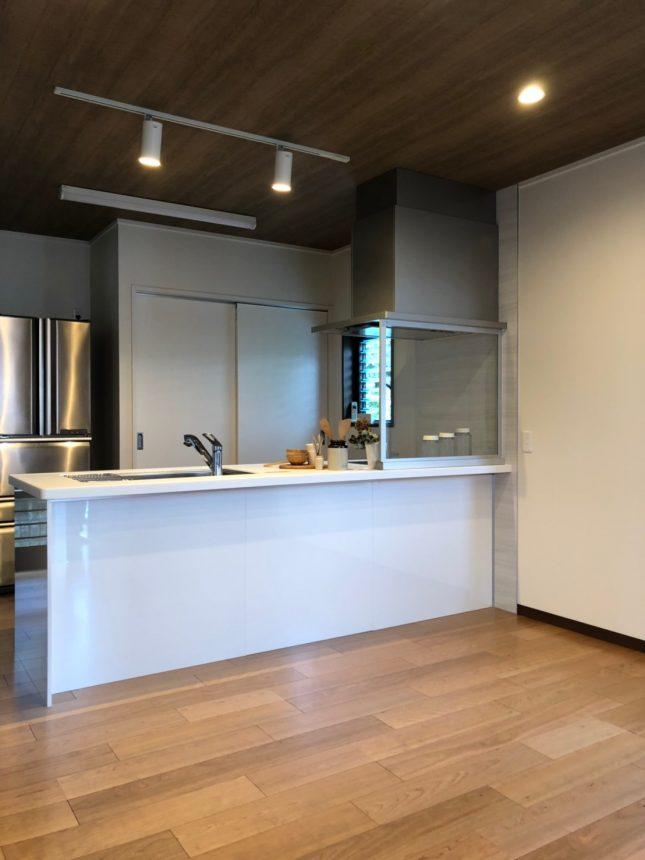 木目クロスで木質感たっぷり天井のカフェ風キッチンダイニング