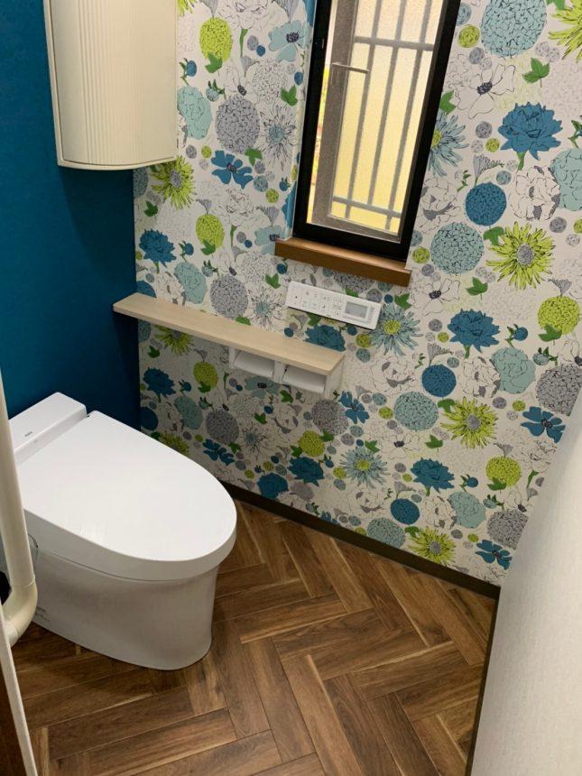 トイレ   LIXIL サティスSタイプ 花柄クロス RE-7931 サンゲツ ブルー   LL-5720 リリカラ 床   HM-4030 サンゲツ ヘリンボーン